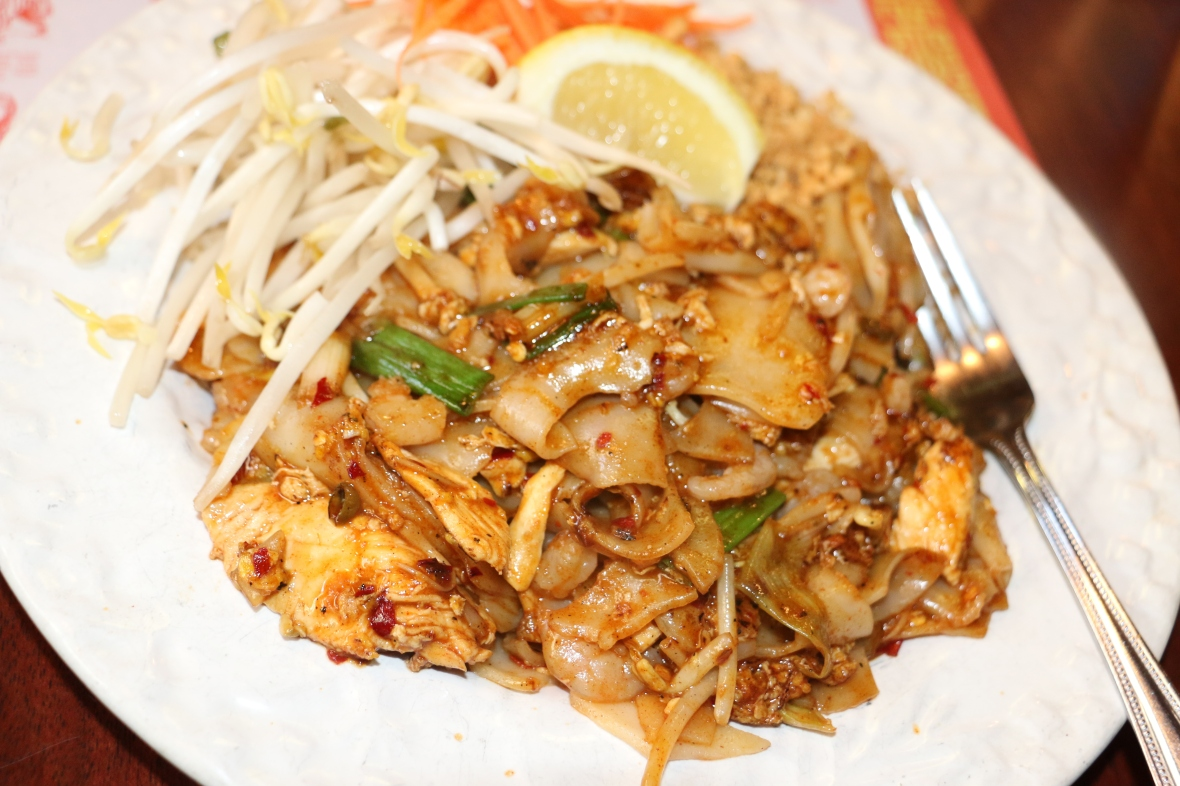 Pad Thai w Broad Rice Noodles & Chicken